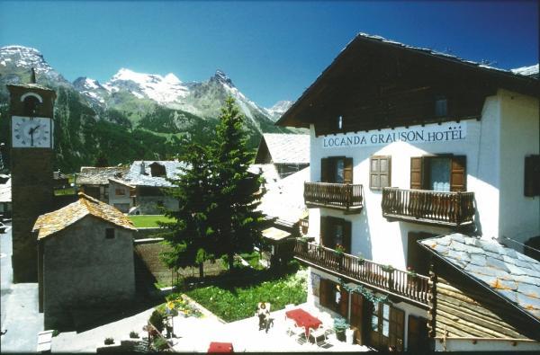 la facciata dell'albergo con sullo sfondo le montagne del parco nazionale del Gran Paradiso